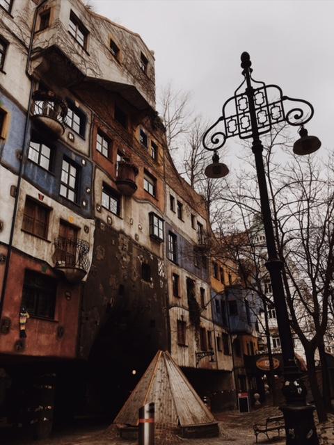 Porovnávačka hlavných miest - Hundertwasserhaus vo Viedni